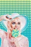 Девушка с составом в стиле искусства, шляпы и леденца на палочке шипучки покрашено Стоковое Фото