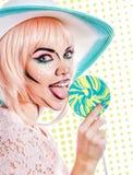 Девушка с составом в стиле искусства, шляпы и леденца на палочке шипучки покрашено Стоковые Изображения