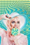 Девушка с составом в стиле искусства, шляпы и леденца на палочке шипучки покрашено Стоковые Фото