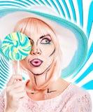 Девушка с составом в стиле искусства, шляпы и леденца на палочке шипучки покрашено Стоковое фото RF