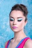 Девушка с составом в ярких одеждах, ретро стилем Стоковые Фотографии RF