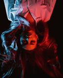Девушка с составом моды halloween счастливый Салон красоты и парикмахер Косметики и skincare состава Женщина стоковые изображения