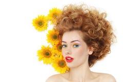 Девушка с солнцецветами стоковая фотография