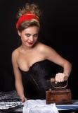 Девушка с стародедовским утюгом Стоковые Изображения RF