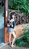 Девушка с стародедовским утюгом Стоковые Изображения