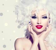 Девушка с стилем причёсок белых пер стоковое изображение rf