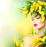 Девушка с стилем причёсок цветков Стоковое Изображение RF