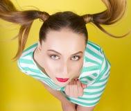 Девушка с странными кабелями стоковая фотография