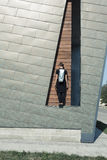 Девушка с сумкой на предпосылке стены Стоковое Изображение