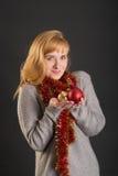 Девушка с сусалью и праздничными шариками Стоковая Фотография