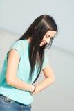 Девушка с сломленным автомобилем Стоковая Фотография RF