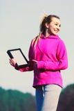 Девушка с таблеткой в парке Стоковое Фото