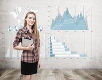 Девушка с таблеткой и 4 диаграммы на бетоне Стоковые Фотографии RF