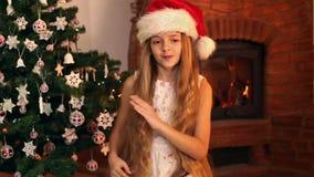 Девушка с танцами шляпы santa видеоматериал