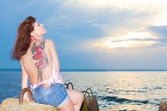 Девушка с татуировкой бабочки дальше подпирает берега залива Стоковые Изображения RF
