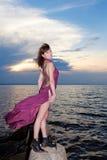 Девушка с татуировкой бабочки дальше подпирает в бургундском платье Стоковая Фотография RF