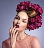 Девушка с творческим стилем причесок и цвести цветками стоковое фото