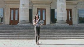 Девушка с театром hlopaye лестниц clapboard и видеоматериал