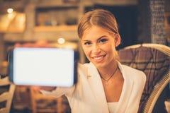 Девушка с телефоном в руке стоковое фото