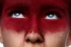 Девушка с темнотой красоты - красным составом смотря вверх Стоковая Фотография