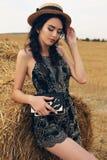 Девушка с темными волосами в элегантном платье представляя на сене Стоковые Фотографии RF