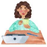 Девушка с темным вьющиеся волосы в сини, имеющ перерыв на чашку кофе иллюстрация штока