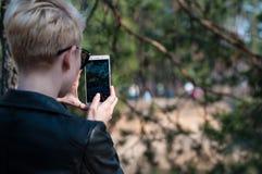 Девушка с телефоном в ее руках Стоковые Фото