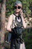 Девушка с телефоном в ее руках Стоковое Фото