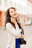 Девушка с телефоном, туристской книгой и камерой года сбора винограда Стоковая Фотография