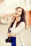 Девушка с телефоном, туристской книгой и камерой года сбора винограда Стоковые Фото