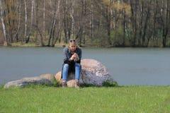 Девушка с телефоном стоковое фото