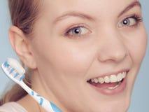 Девушка с уборщиком щетки и языка Стоковые Изображения RF