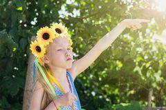 Девушка с украшением цветков на ее голове делает смешную сторону Стоковые Фото