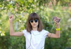 Девушка слушает музыка стоковые фотографии rf
