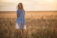Девушка с ушами пшеницы в поле Стоковые Фото