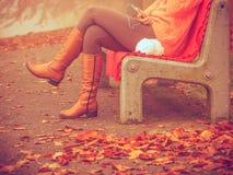 Девушка слушая к музыке в парке осени Стоковые Изображения