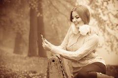 Девушка слушая к музыке в парке осени Стоковая Фотография RF