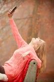Девушка слушая к музыке в парке осени Стоковые Изображения RF