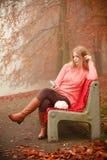 Девушка слушая к музыке в парке осени Стоковая Фотография