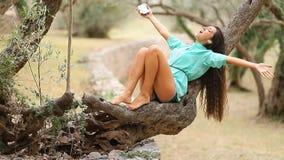 Девушка слушая к музыке и поет эмоциональное и привод на smartpho видеоматериал