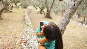 Девушка слушая к музыке и поет эмоциональное и привод на smartpho сток-видео