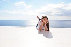 Девушка слушая к музыке на белых наушниках стоковые фотографии rf