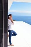 Девушка слушая к музыке на белых наушниках стоковые изображения