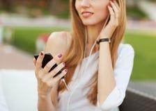 Девушка слушая к mp3 плэйер Стоковые Фотографии RF