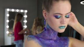 Девушка с фантастичными волосами и фантастическим составом акции видеоматериалы