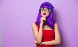 Девушка с фиолетовыми eyeglasses волос и радуги Стоковая Фотография