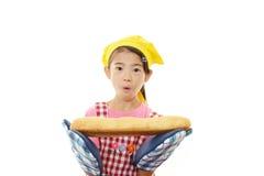 Девушка с хлебом стоковое фото