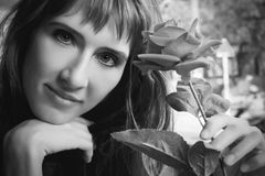 Девушка с цветками стоковые фотографии rf