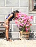 Девушка с цветками Стоковое Изображение