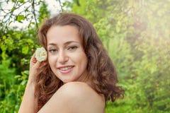 Девушка с цветком белой розы в ее руке в парке Стоковое фото RF